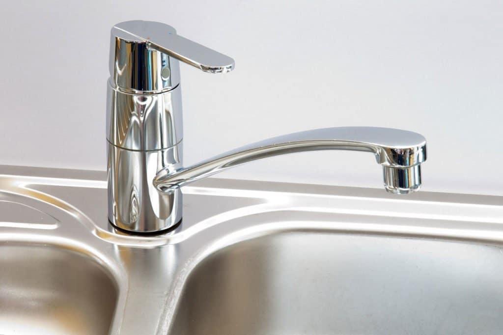 L'utilisation d'un filtre à eau pour le robinet crée moins de déchets plastiques